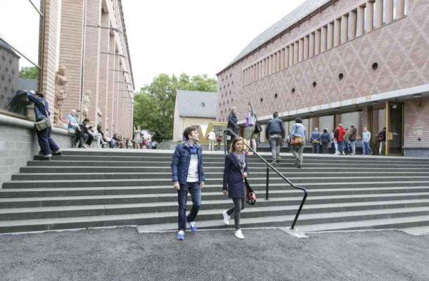 Außenansicht des Museum mit Vorplatz, auf dem sich viele Menschen aufhalten.