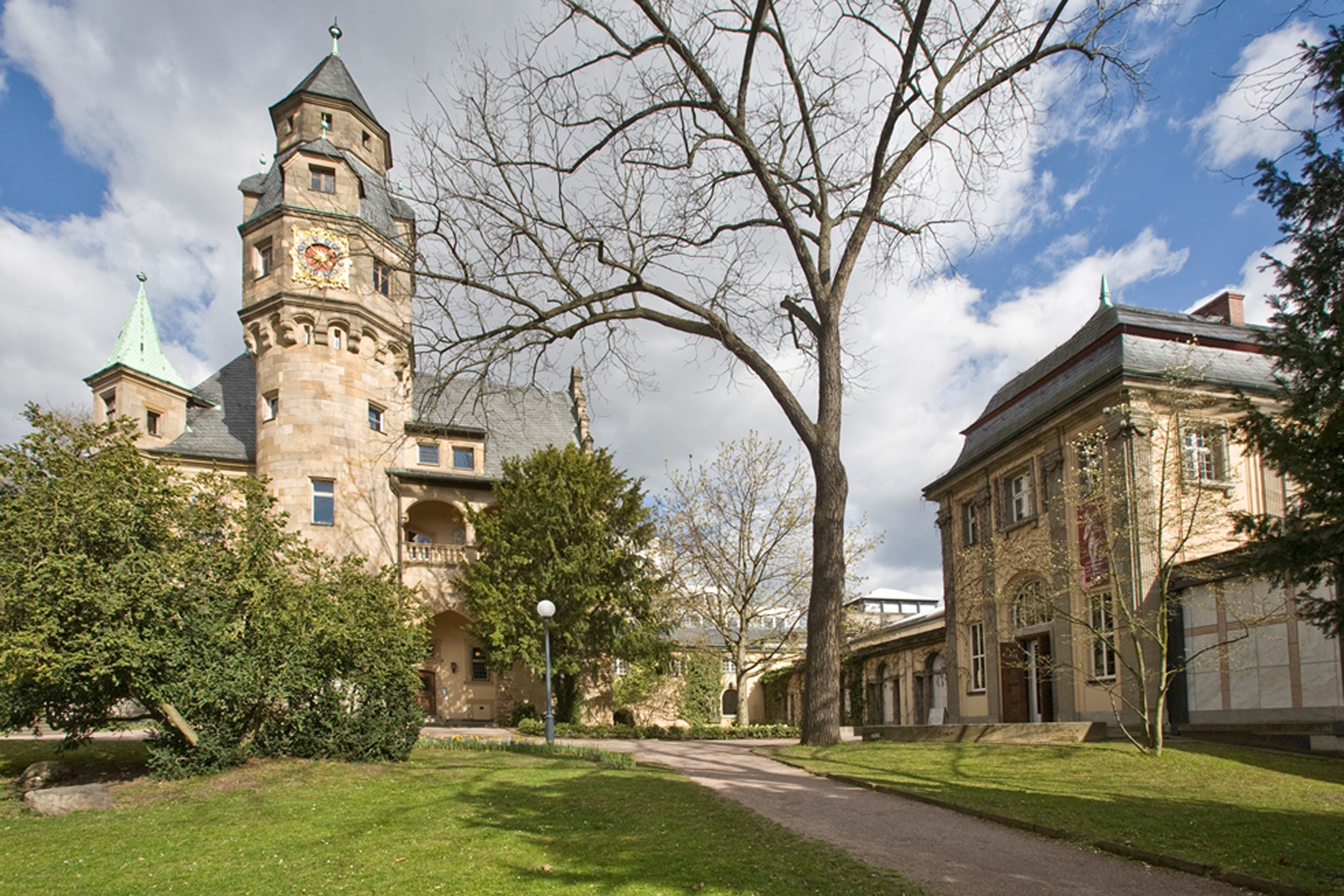 Außenansicht des Liebieghaus Skulpturensammlung mit Vorplatz und Park.