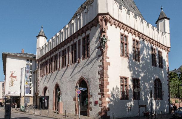 Außenansicht des Caricatura Museums mit Vorplatz.