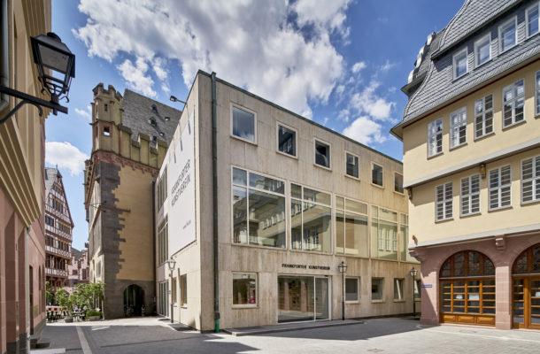 Außenansicht des Frankfurter Kunstvereins mit Vorplatz.