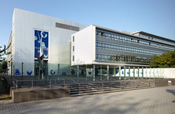 Außenansicht des Geldmuseums der Deutschen Bundesbank mit Vorplatz.