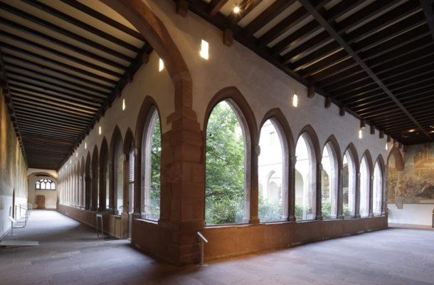 Quer Kreuzgan des Kameliterklosters. Innenansicht mit großen Fenstern
