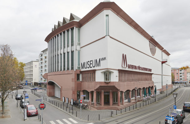 Außenansicht des Museums für Moderne Kunst mit Straße