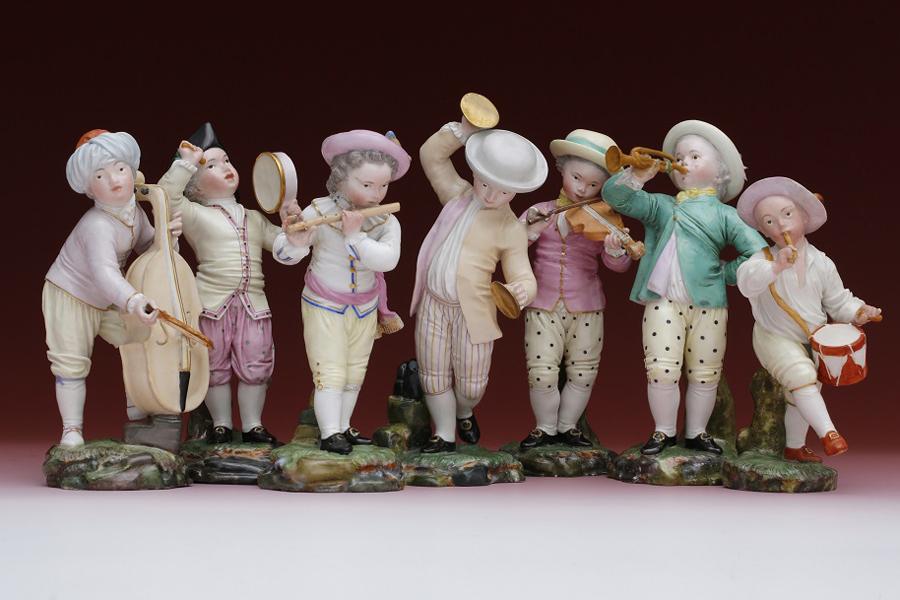 sieben Porzelanfiguren mit verschiedenen Musikinstrumenten
