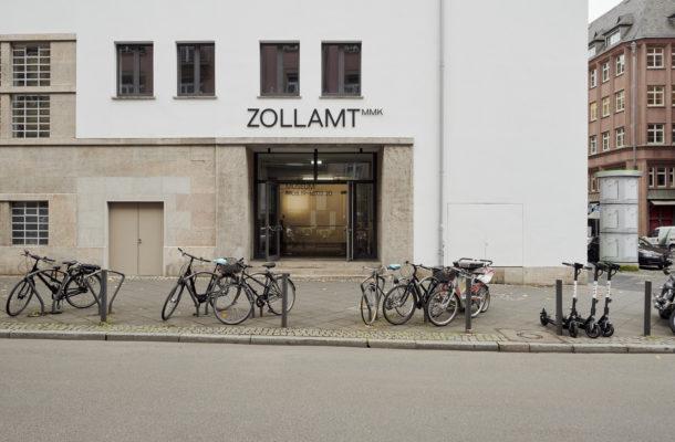 Außenansicht bzw. Eingang Zollamt MMK, vor dem Gebäude stehen einige Fahrräder