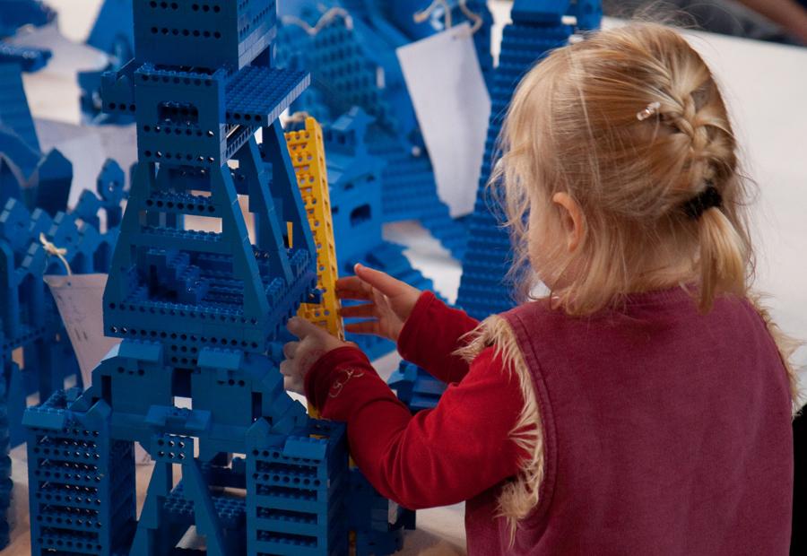 Ein Mädchen vor einem blauen Lego Gerüst
