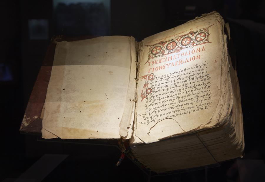 Ein altes aufgeschlagenes Buch