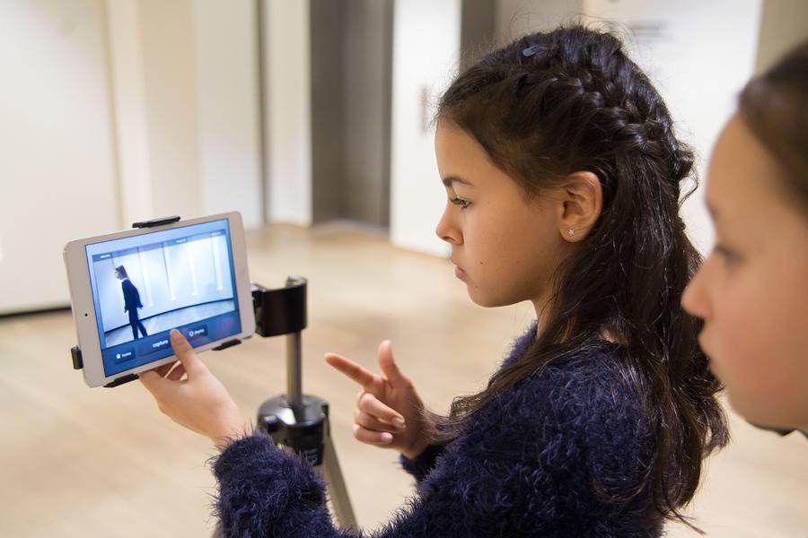 ein Mädchen vor einer Kamera