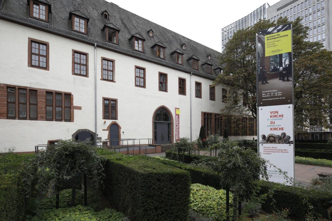 Außenansicht des Museums für Stadtgeschichte mit Vorplatz.