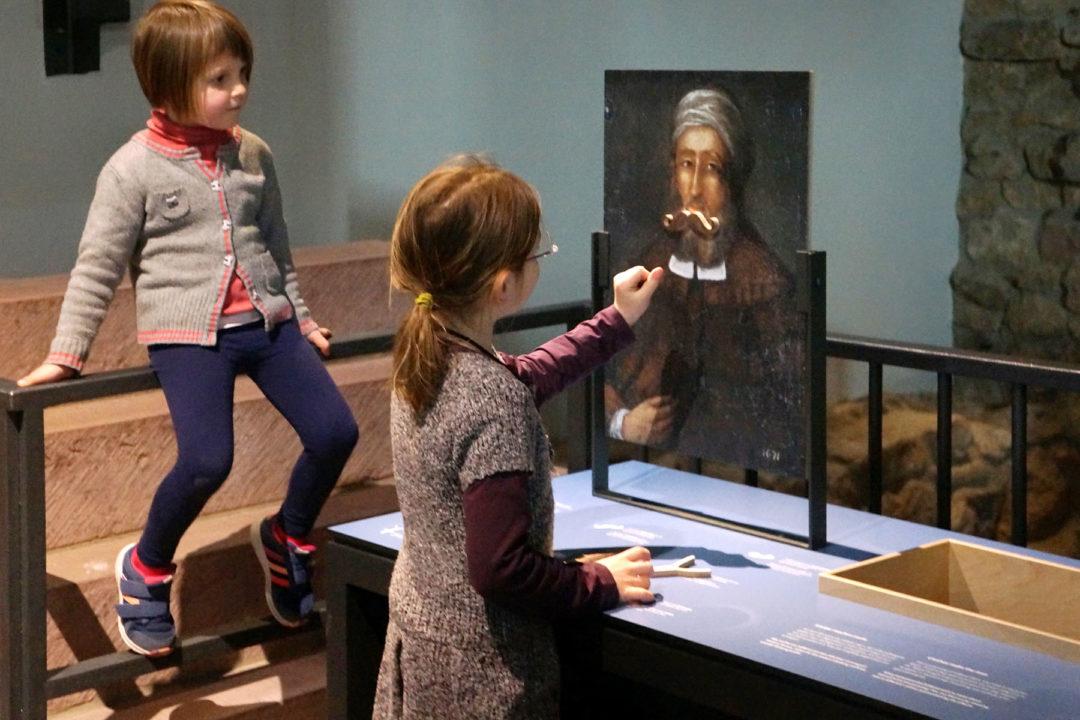 zwei Kinder vor einem Gemälde