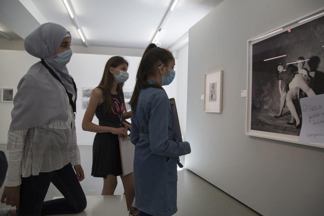 3 junge Frauen vor einem schwarz-weiss Bild im Fotografie Forum