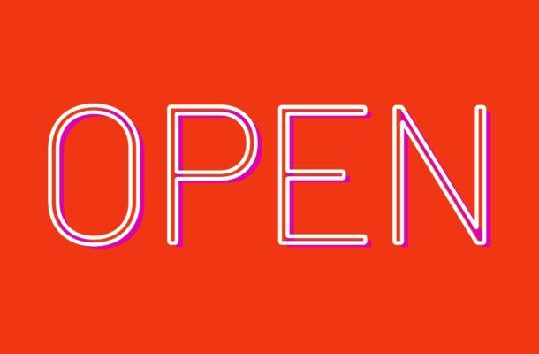 """Eine Grafik in der Farbe Rot mit der Aufschrift """"Open"""" in weißer Schrift"""