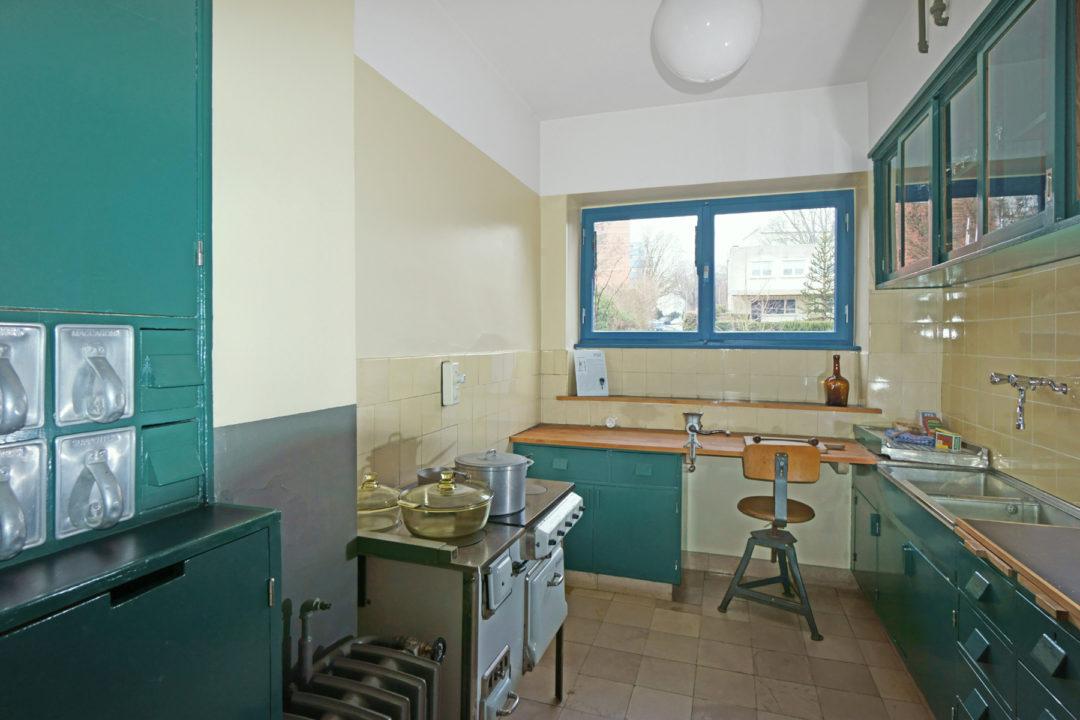Eine alte Küche in der Farbe Türkis, welche sich im Ernst-May-Haus befindet