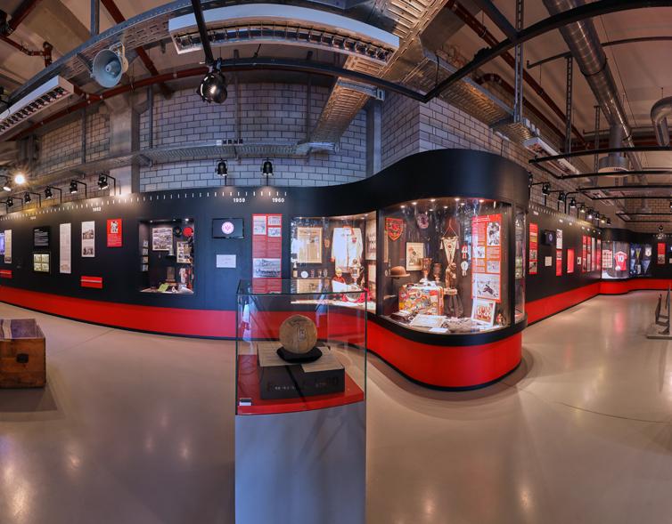 Eine Inneneinsicht des Frankfurt Eintracht Museums. Hier sind verschiedene Vitrinen zu sehen.