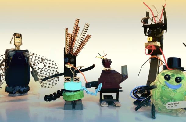 Fünf selbstgebastelte Roboter aus unterschiedlichsten Materialien.